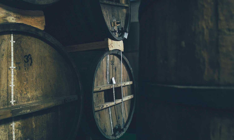 Las barricas en las que se almacena el Vermut San Bernabé
